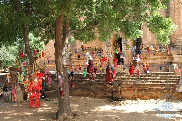 Yangon, Birma Panowie noszą tzw Longi długa spódnica
